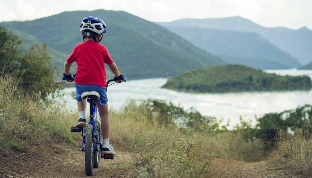 FAMILIEVENNLIG: Mange barn synes det er morsommere å sykle på tur enn å gå.