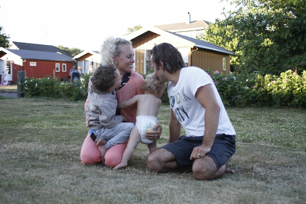 FRIGJØR TID: Mens pappa Christian Skjelbred er hjemmeværende husfar, bruker mamma Marianne Skjelbred dagene på å etablere seg som kunstner i det internasjonale markedet.