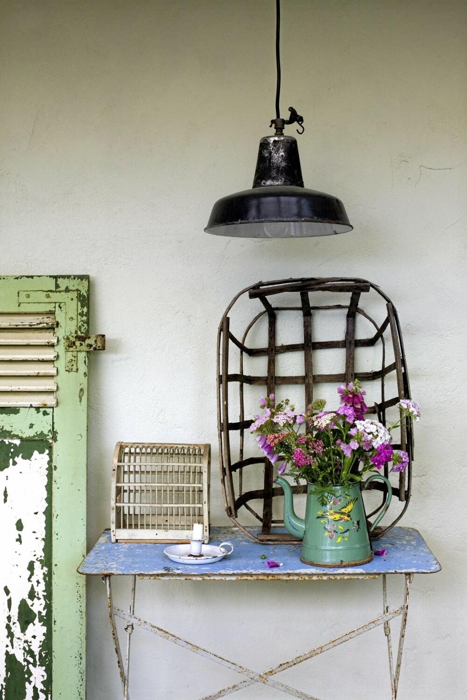 SHABBY SLITT: Et gammelt jernbord, en rusten lampe og en emaljert kanne fylt med markblomster. Vanskeligere er det ikke å skape fransk stil i hagen.