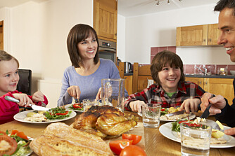 LÆRER SPRÅK NÅR DE SPISER: Det er bra for barn å spise middag med familien. Da utvider de ordforrådet sitt, noe som kan gjøre dem bedre på skolen.