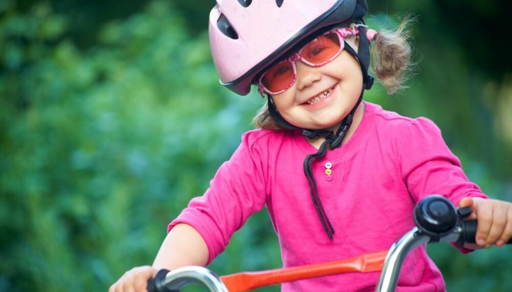 HELT PÅ STYR: Lær barna å kontrollere sykkelen, da er de tryggere på to hjul.