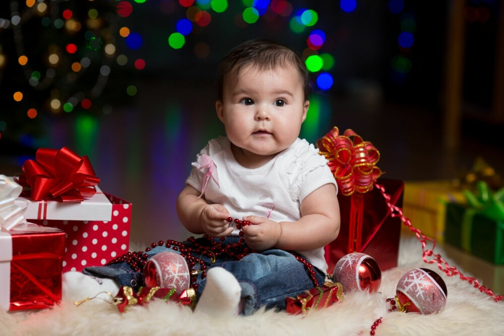 ETTÅRINGEN: Det er spennende å utforske julepapir, lyder, lys og andre ting under juletreet.