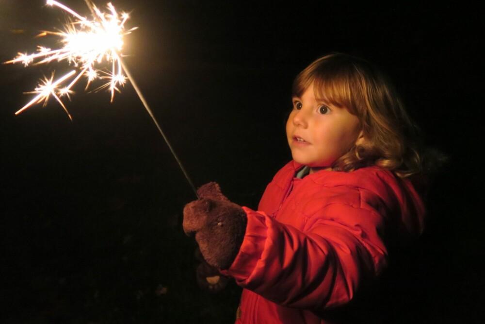 STJERNESKUDD: Vær forsiktig når små barn får stjerneskudd. De kan gi øyeskader eller brenne hull i klærne.
