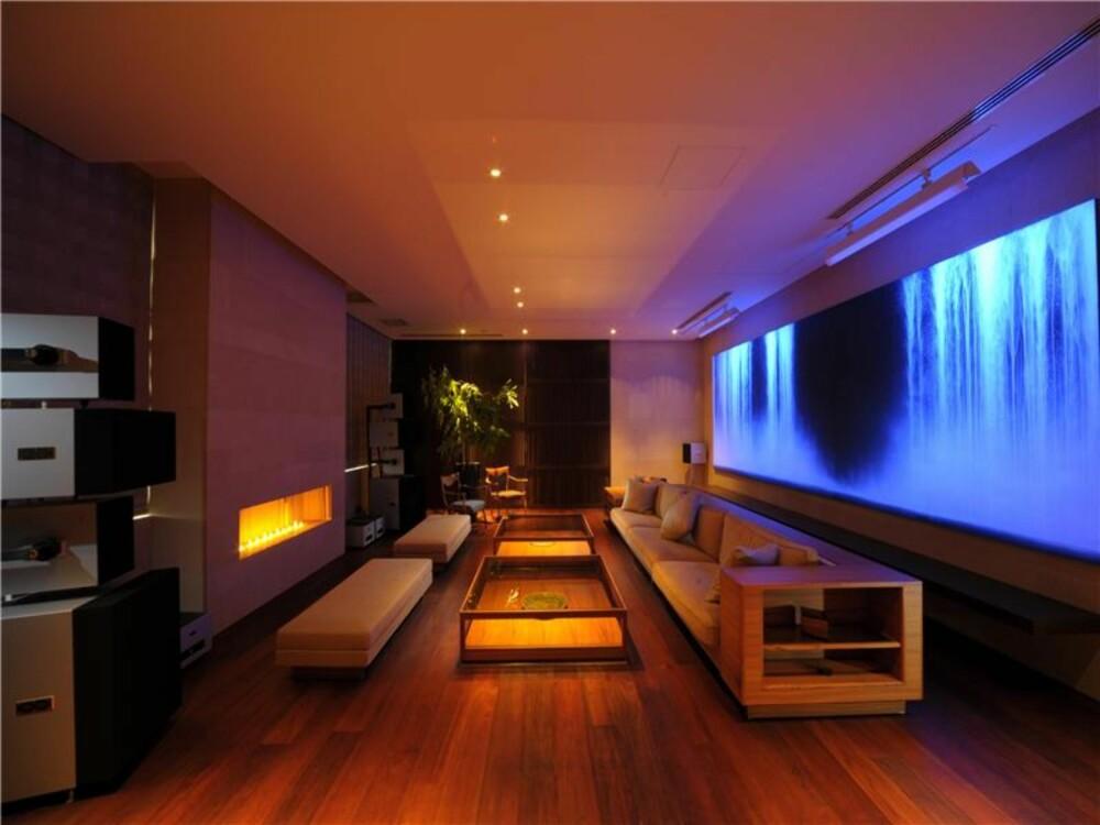 MODERNE: Japanske interiører er ofte stramme og svært minimalistiske i stilen. Her har man skapt stemning med belysning.