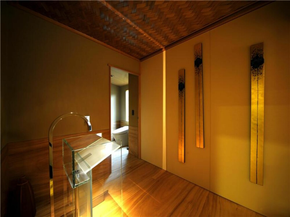 DETALJER: Unik kunst og stemningsfull belysning skaper en varm stemning i den store leiligheten.