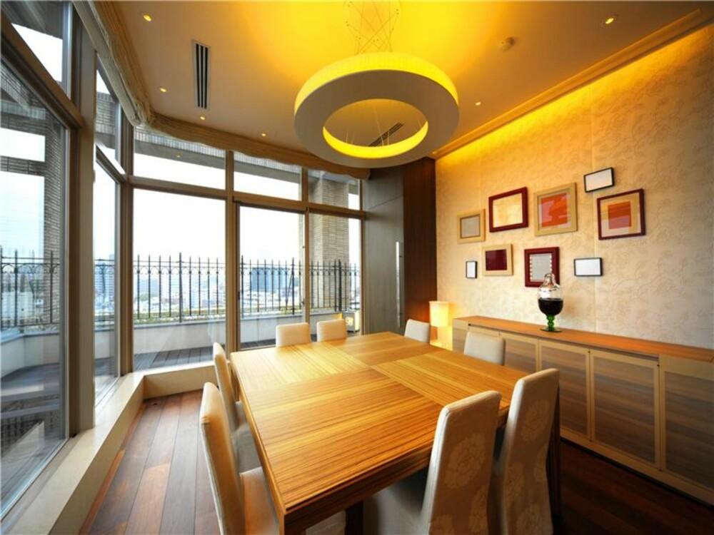 SPISESTUE: Her spiser man mens man nyter utsikten fra 10 etasje over en av Tokyos flotteste parkanlegg.