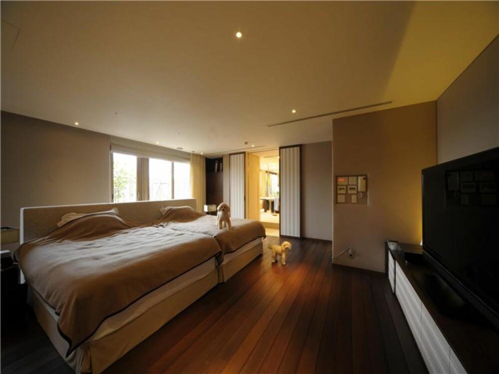 RO: Soverommet i leiligheten har minimalt med farger, pynt og andre forstyrrende elementer.
