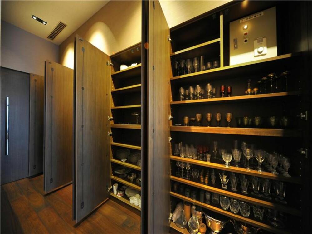 KJØKKEN: Smarte dører som kan lukkes om man vil gjøre kjøkkenet strammere og mer strømlinjeformet.