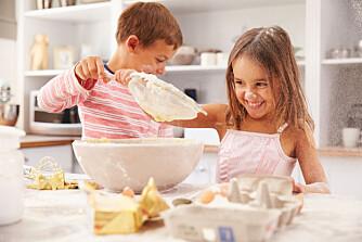 SMÅ KOKKER: La barna brilliere på kjøkkenet en gang i blant; ifølge ekspertene er det sunt for dem å lage mat.