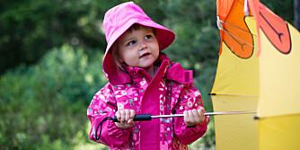 REGN, REGN, ØSENDE REGN: Det er moro å leke ute i regnet og viktig at ungene blir kjent med all slags vær. Da er første bud å være varm og tørr.
