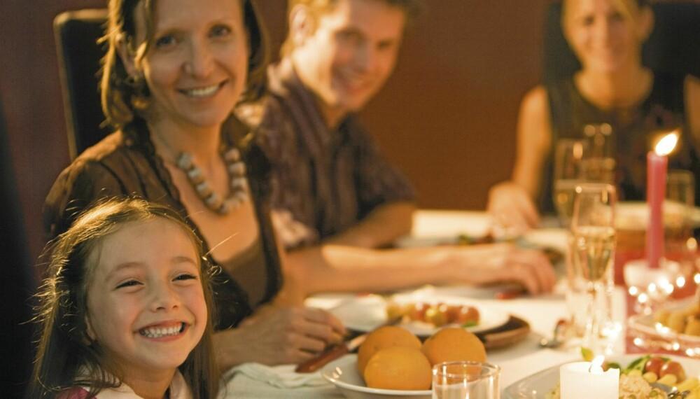 DRIKKER MED BARNA: Mange norske foreldre innrømmer at de tar seg et glass eller to med barna til stedet.
