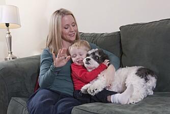 TRENGER ROM: Denne hunden blir holdt for hardt fast, pass på at barna forstår at hunden kan trenge litt plass rundt seg.