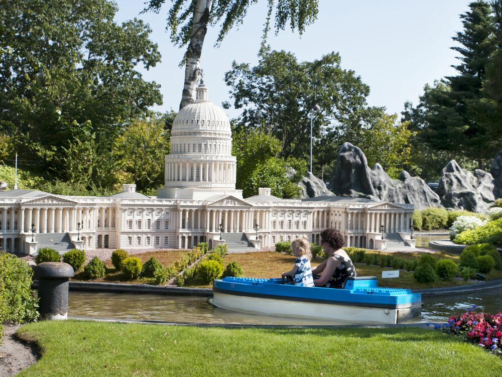 """LEGOLAND: Minibåtene passer for alle, og barna kan reise """"jorden rundt"""" forbi Akropolis, Frihetsgudinnen og Kongressen."""