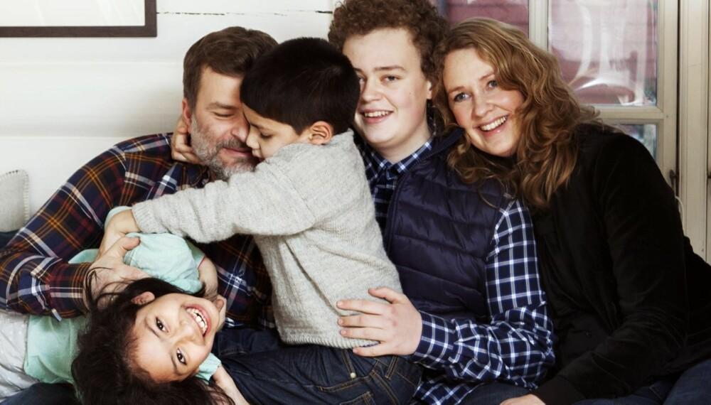 ENDELIG STOR FAMILIE: For et år siden ble Anne-Margrethe og Thomas foreldre til Lucas(5) og Tamara (7) fra Chile, og William (15) ble plutselig storebror. Endelig ble familien komplett!