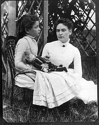 DØVBLIND: Helen Keller ble døv og blind som baby, men lærte seg likevel etter mye trening å snakke. Her med døvelæreren Anne Sullivan i 1888.