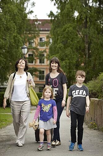 EN FIN FLOKK: Lisa Stokke med moren Judith og barna Tallulah og Jasper.