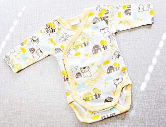LITEN: Denne bodyen er det første klesplagget Ingrid kjøpte til babyen i magen.
