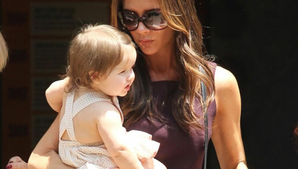 FIREBARNSMOR: Victoria Beckham startet tidlig og har rukket å få fire barn på 13 år.