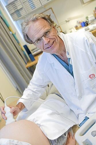 LANG ERFARING: Professor Tore Henriksen har nesten 30 års erfaring med graviditet og fødsel. I sin nye bok peker han på sammenhengen mellom mors livsstil før og under svangerskapet og barnets helse senere i livet.