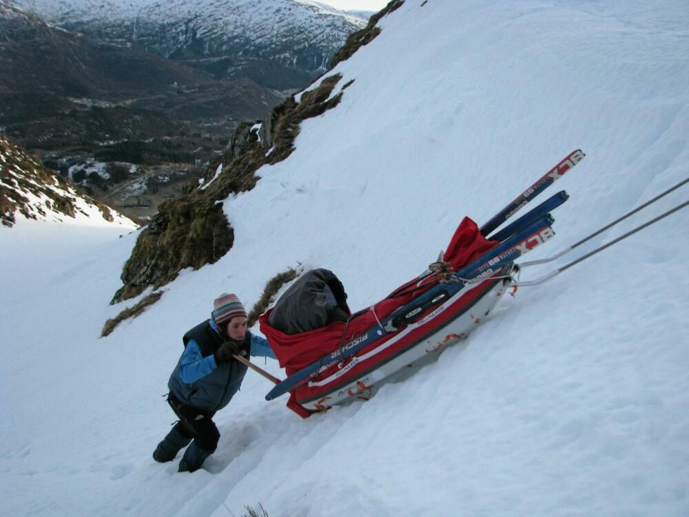 TUNG LAST: Pulken er lastet med nærmere 200 kg bagasje på turen til Baffin island. Den lille familien skal være borte i fem uker.