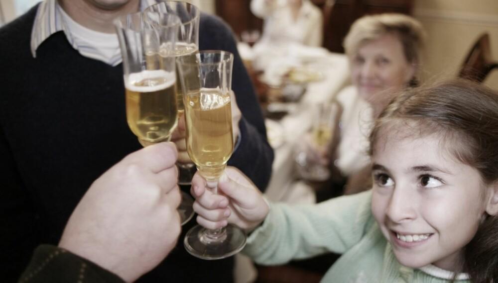 SKÅL: Mange barn vil gjøre som de voksne og smake på alkohol.