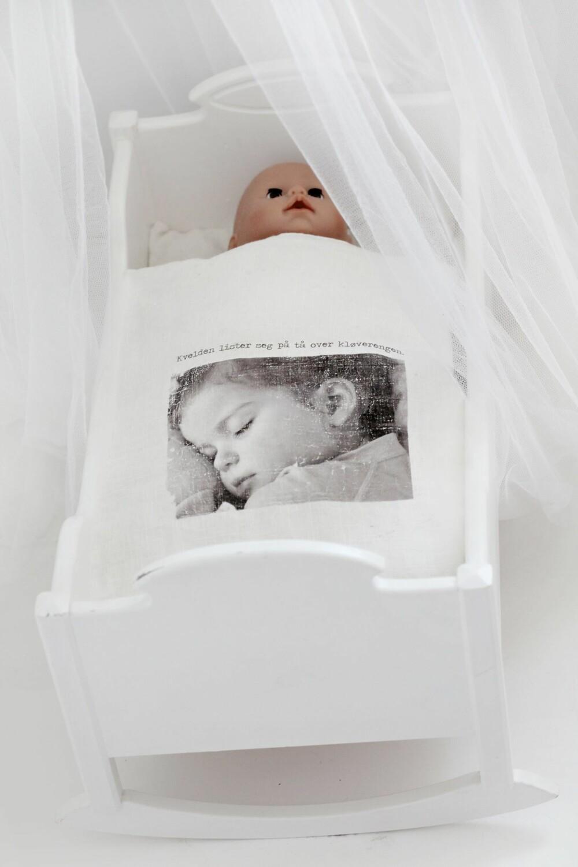 TEKSTILTRYKK: Man kan enkelt bruke familiebilder til trykk på tekstiler. Her har Flesland trykket et bilde av sin datter på dukkesengetøy.