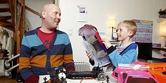 BILENTUSIASTER: Ivar og Eirik delte interessen for radiostyrte modellbiler og har vunnet flere priser, både sammen og hver for seg.