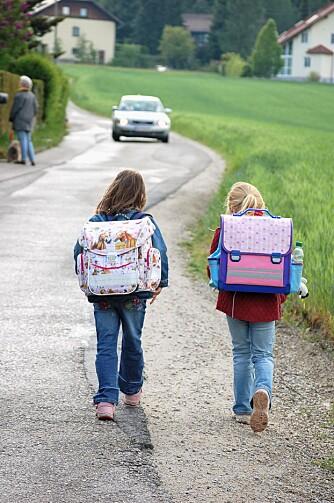 TRYGG SKOLEVEI: Å gå til skolen er bra for helsa, mestringsfølelsen og for å knytte vennskap. Men lær barnet ditt å ferdes trygt i trafikken før du lar det gå alene.