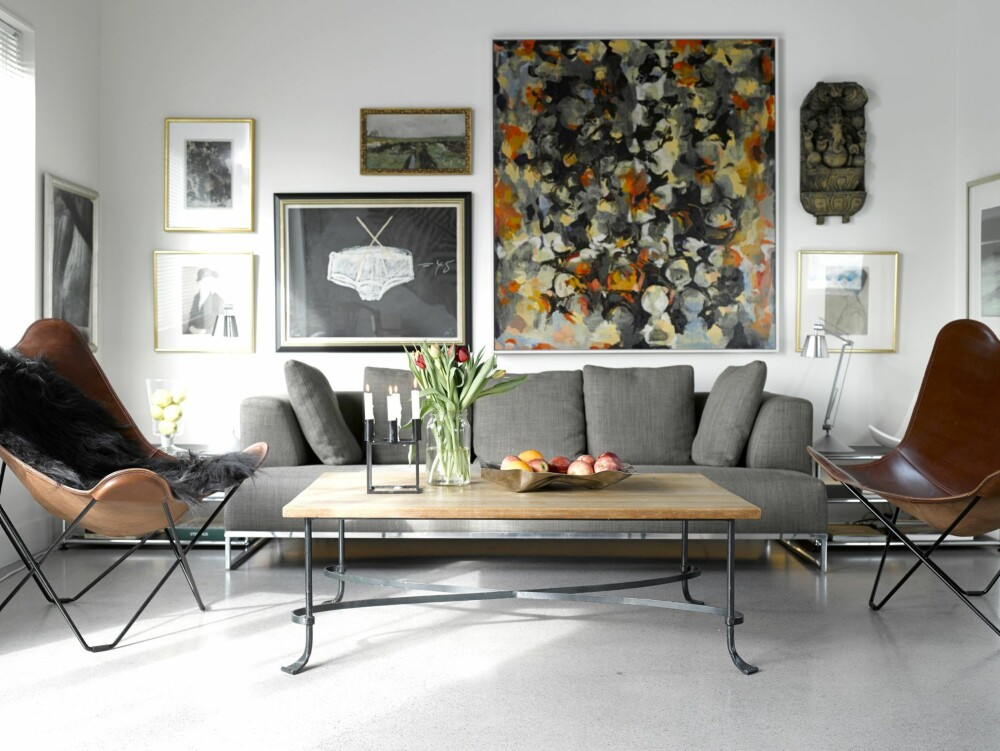 KUNSTVEGG: Bildet «Underbuksen» er av Antoni Tàpies, og det største er av Rolf Hanson. Sofaen er fra Expo Nova og stolen er fra Tannum Møbler. Legg merke til hvilken varme kunstveggen gir det stramme interiør.