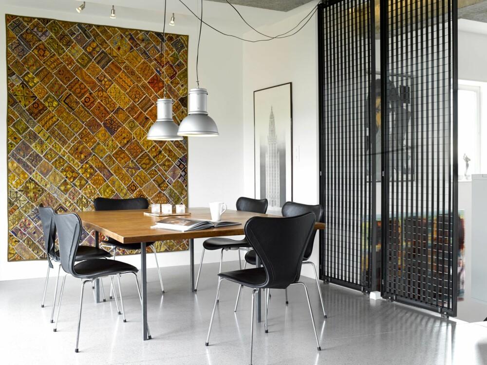 I ARV: Bordet har vært med Ajas hele livet. Det ble laget av faren hans. Det store teppet er fra India. Det demper akustikken og setter farge på omgivelsene. Syverstolene fra Arne Jacobsen er polstret.