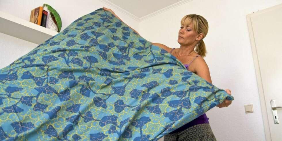 Legge i sengetøy naken
