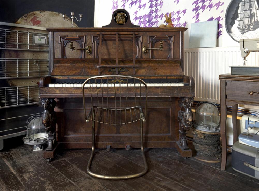 GRATIS PIANO: Ingen i huset kan spille og instrumentet kan ikke stemmes, men Ana synes Sterndale-pianoet er et vakkert møbel i seg selv.