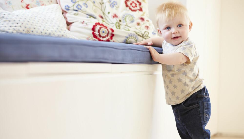 DE FØRSTE SKRITTENE: De fleste barn begynner å ta de første, nølende skrittene når de er litt over et år gamle.