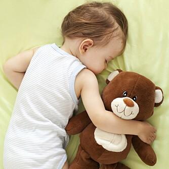 TA MED LEKE: Å ta med en kjent leke eller bamse vil gjøre det lettere å sovne på ukjente steder.