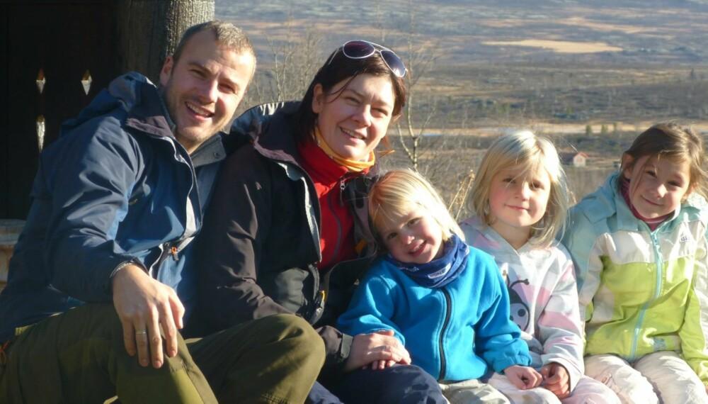 NYTT LIV: Tone Bjørnson Aanderaa er helsesøster og kostholdsveileder. Hele familien har lagt om kostholdet og fått et nytt og bedre liv. Fra venstre: Jørgen, Tone, Julie, Thea og Vilde Bjørnson Aanderaa.