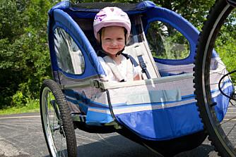 UT PÅ TUR MED SYKKELVOGN: Sykkelvogn viser seg å være tryggere enn vanlig sykkelsete.