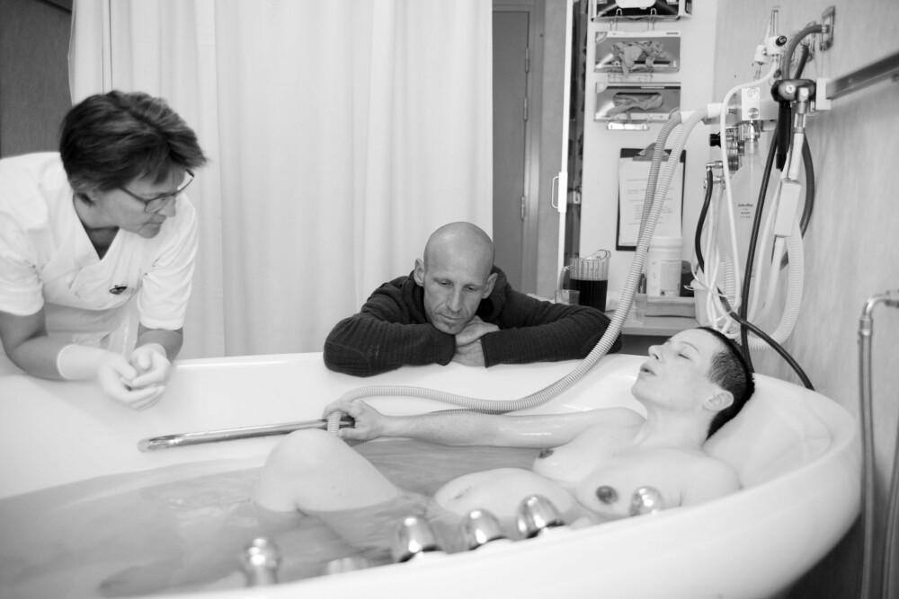 I BADEKARET: Terezija synes det varme vannet fungerer godt som smertelindring.