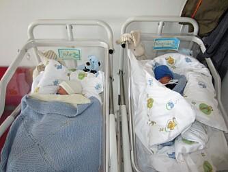 BRØDRE: Side om side. Filip og Jonathan på sykehuset.
