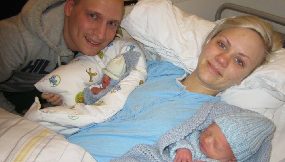 TVILLINGFORELDRE: Pappa Lars og mamma Camilla med sine to fine gutter i armene.