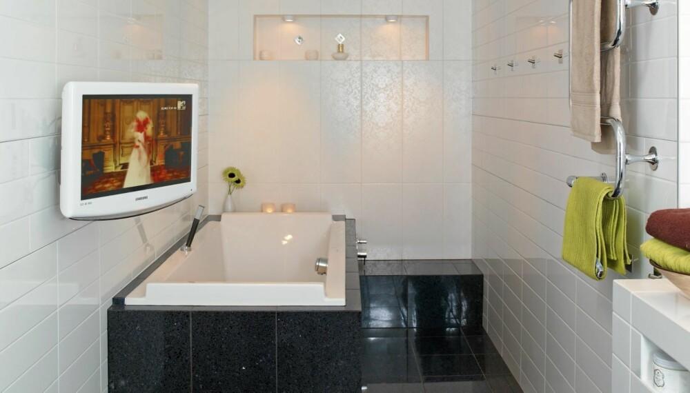 TV-BAD: Bad og badekar er flislagt med fliser fra Norfloor, kontrastflisene på endeveggen er fra Modena. Den veggmonterte flatskjermen fra Samsung kan dreies slik at man kan kombinere tv-titting med bading.