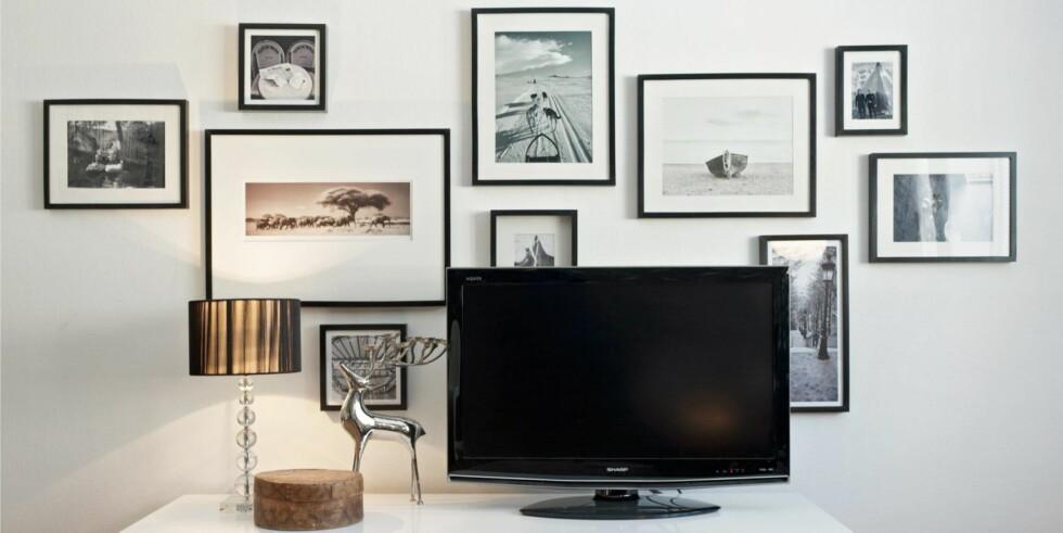 BLANT MANGE BILDER: Tv-en er her plassert blant mange bilder. Slik ...