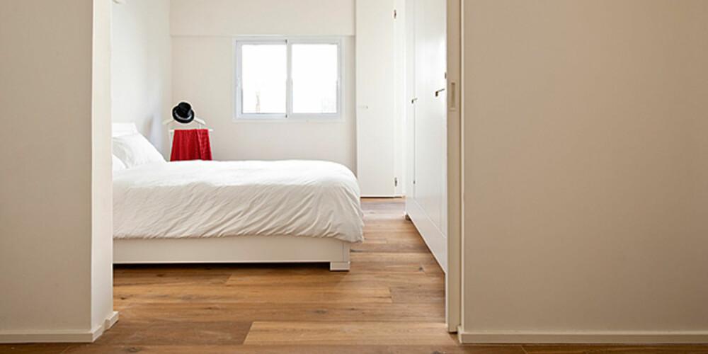 SKYVEDØRER: Bruk av skyvedører går igjen i leiligheten. Dette sparer plass og bidrar til flyten i boligen.