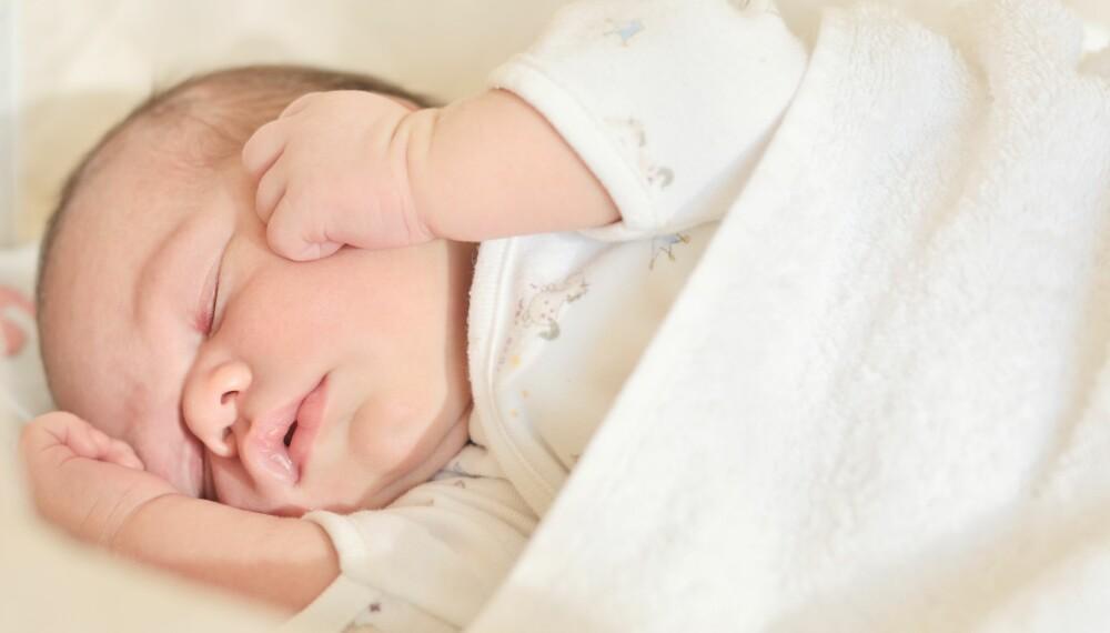 SENGEKANT I SPRINKELSENG: En myk sengekant eller sprinkelsengbeskytter øker faren for krybbedød, viser forskning. Landsforeningen uventet barnedød (LUB) mener produktet bør forbys.