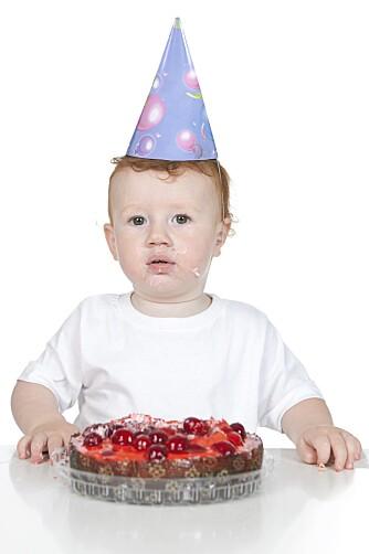 SNART PÅ BODYEN: Deilig kake med bær setter ofte spor på bodyen. Sjekk flekkfjerningsguiden for tips.