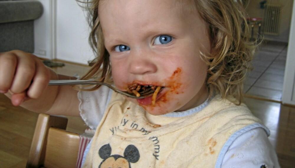 NAM-NAM: Mye mat setter flekker. Noen er vanskeligere enn andre å fjerne. Tomatsaus er en gjenganger.