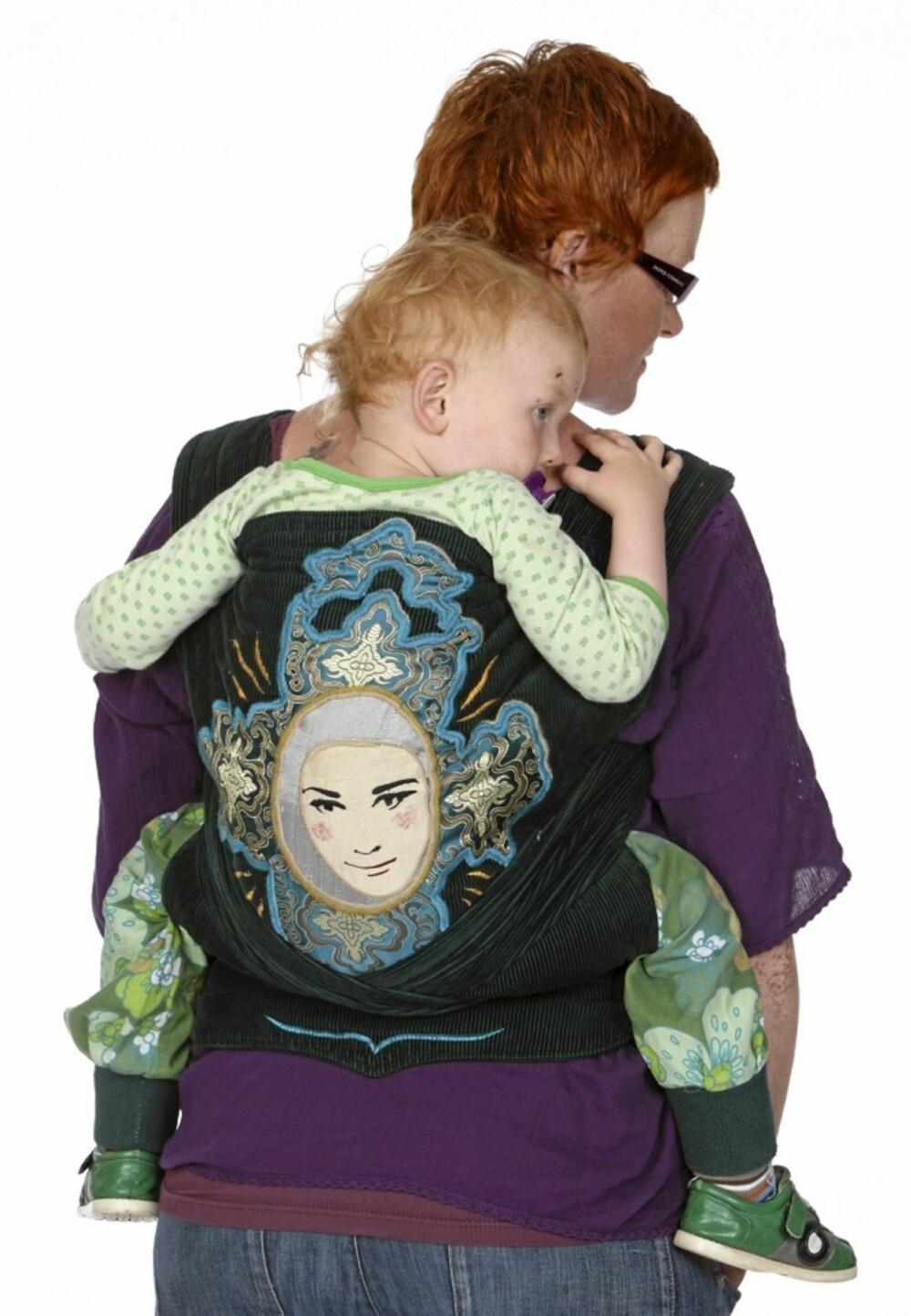 HVORDAN BÆRE BABYEN: Edvard på 2 år er så stor at han ikke trenger støtte i hele ryggen. Derfor er stoffet dratt ned slik at han har frie armer.