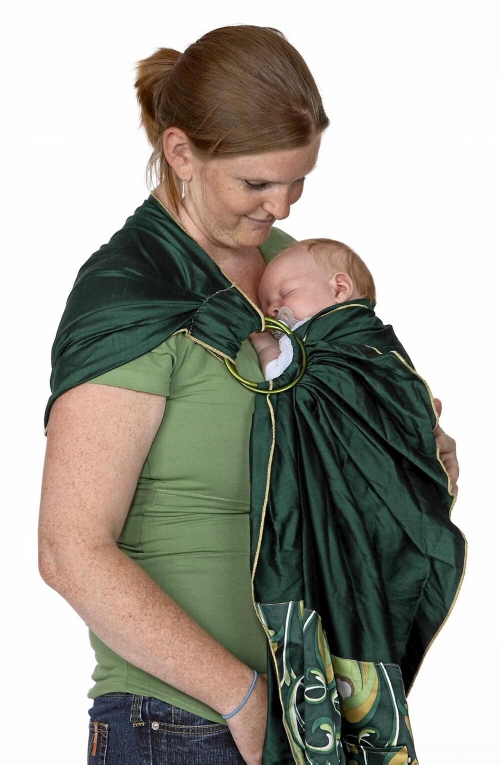 HVORDAN BÆRE BABYEN: Mamma Siri bruker ofte ringslynge når hun skal bære Isak.