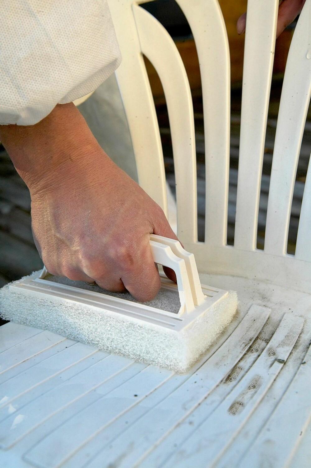SETT INN MED VOKS: Ifi anbefaler å vaske plastmøblene godt, og deretter sette dem inn med voks.