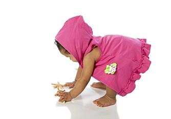 REISER SEG: Barn har lettere for å reise seg opp i stående stilling uten sko.