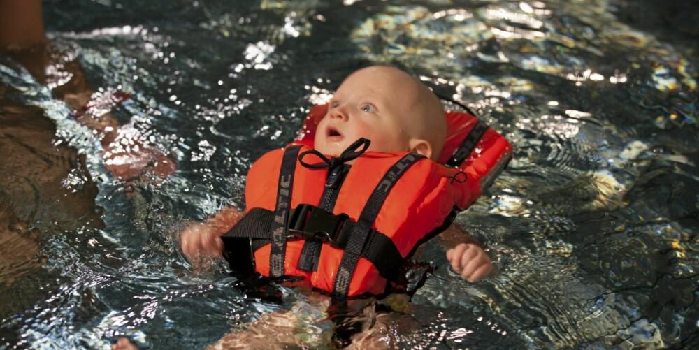 HODET OVER VANNET: Carenus (9,5 kg) tester redningsvest for Foreldre & Barn.